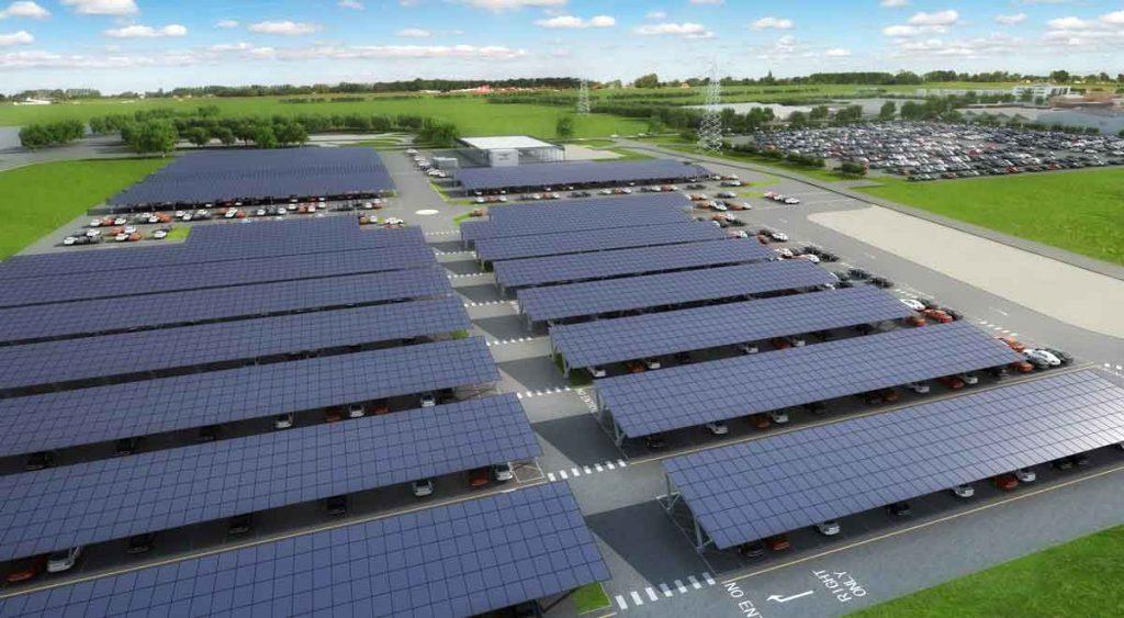Estacionamiento de una planta industrial lleno con diez carport solar