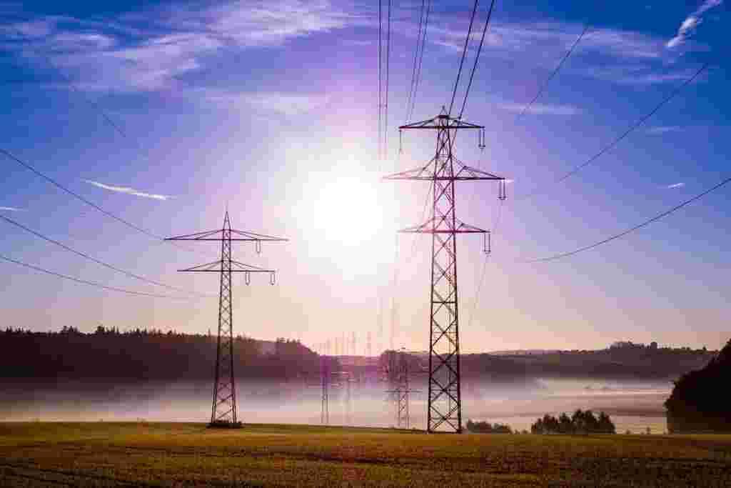 Torres de alta tensión de la industria a la red eléctrica