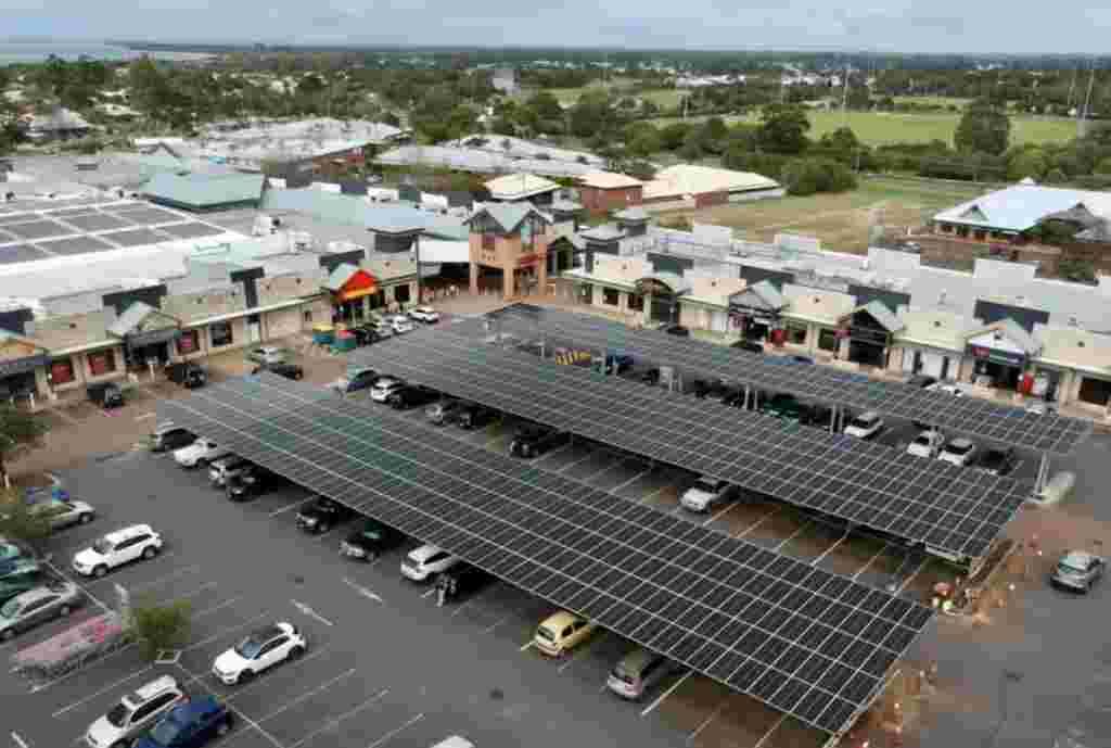 Estacionamiento solar de un centro comercial con tiendas alrededor del estacionamiento